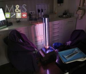 Aparell de llum ultraviolada germicida per desinfectar els boxs entre pacient i pacient.